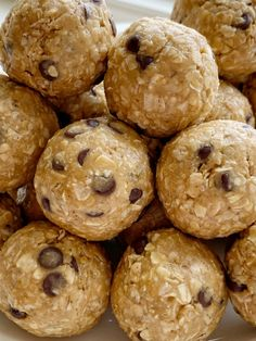 Energy Oatmeal Balls require only 4 ingredients! Quick oats, peanut butter, honey, and mini chocolate chips are all you need for these perfect snack-sized energy oatmeal balls. Healthy Dessert Recipes, Healthy Desserts, Snack Recipes, Cooking Recipes, Bar Recipes, Breakfast Recipes, Healthy Food, Healthy Eating, Oatmeal Energy Bites