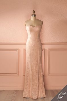 Tous furent émerveillé lorsqu'elle fit son entrée ; elle était aussi belle qu'une déesse enveloppée de dentelle.  Everyone hushed as she made her entrance; she was beautiful, like a goddess wrapped in lace.  Light pink lace fitted bustier gown https://1861.ca/collections/products/christiana-blush