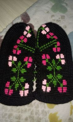 This Pin was discovered by Hül Booties Crochet, Baby Knitting Patterns, Coffin, Knitted Hats, Diy And Crafts, Beanie, Tunisian Crochet, Border Tiles, Crocheting