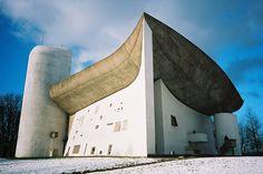 Chapelle Notre-Dame-du-Haut by Le Corbusier Gaudi, Religious Architecture, Amazing Architecture, Art And Architecture, Le Corbusier Arquitectura, Ronchamp Le Corbusier, Architecture Organique, Villa Savoye, Architecture Religieuse