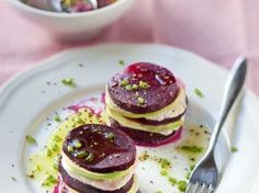 Mille feuille with mozzarella beets and avocado - cuisine - Raw Food Recipes Raw Food Recipes, Vegetarian Recipes, Cooking Recipes, Healthy Recipes, Tapas, Antipasto, Beetroot, Healthy Cooking, Cooking Time