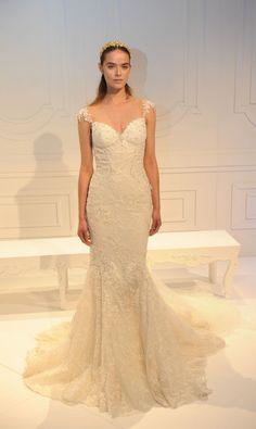 Vestido de noiva Galia Lahav, inspirado na realeza, rendado e com detalhe na alça.