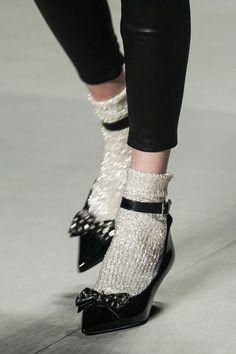 Wenn euch eure Glitzersocken so schön aus der Schublade anfunkeln, tut es weh, sie liegenzulassen. Genau deshalb haben wir hier 4 Kombinationsmöglichkeiten für euch zusammengestellt, Glitzersocken auch im Winter zu tragen! Vorsicht: Wenn ihr noch keine habt, werdet ihr welche haben wollen. Glitter Socks / Sparkle Socks / Glitter Socks Trend Combo / Glitter Feet / Christmas Sparkle / Festattagsmode / Mode für die Füße | StyleFeed