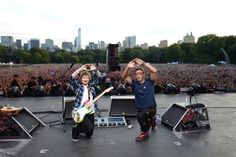 Musicians Ed Sheeran and Chris Martin pose onstage during 2015 Global Citizen Festival to end extreme poverty by 2030 on Sept. Chris Martin, Beyonce, Un Global Goals, Ed Sheeran Love, Coldplay Chris, Global Citizen Festival, C'est Bon, Michelle Obama, Joe Biden
