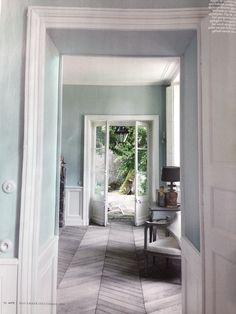 Grijzige vloer, farrow & ball light blue 22 op de muur.