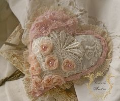 Krajkové srdíčko Shabby Chic Srdíčko v jemných pastelových barvách růžové, broskvové, čajové a bílé. Použity jsou různé krajky a korálky. Srdíčko s krémovým lemem Průměr 12 cm