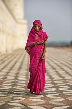 La dama de rojo india, caminando al lado del Taj Mahal  - Foto por Scott Stulberg