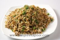 Tawa Pulao: Boiled rice tossed with vegetables. Holi Recipes, Indian Food Recipes, How To Boil Rice, Sanjeev Kapoor, Indian Street Food, Biryani, Rice Dishes, Indian Style, Stir Fry