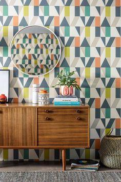 New geometric wallpaper living room inspiration Ideas Geometric Wallpaper Living Room, Scandi Wallpaper, Bathroom Wallpaper Trends, Hallway Wallpaper, Kitchen Wallpaper, Home Wallpaper, Brick Wallpaper, Bathroom Sets, Modern Bathroom