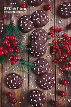 O reteta rapida de biscuiti fragezi si aromati, cu unt, oua, zahar, faina si cacao aromati cu esenta de rom. Christmas Wreaths, Christmas Decorations, Christmas Tree, Holiday Decor, Cookie Desserts, Creative Food, Kids And Parenting, Party Time, Cake Decorating