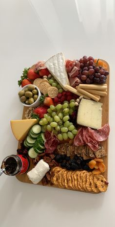 Charcuterie Recipes, Charcuterie And Cheese Board, Charcuterie Platter, Meat Cheese Platters, Cheese Boards, Yummy Appetizers, Appetizer Recipes, Fancy Cheese, Party Food Platters