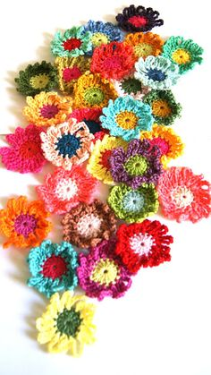 ingthings: Crochet 0n (flowers, this time) must translate, but itn is very simple.  love this site!!
