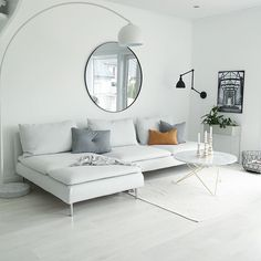 10 Minimalist Living Room Ideas That Will Inspire You To Declutter These 10 minimalist living room decor ideas will inspire you to clear the clutter and make your living space classic, clean and even more homely! Living Room Interior, Home Living Room, Apartment Living, Living Room Designs, Living Room Decor, Living Spaces, Decor Room, Appartement New York, Muebles Living