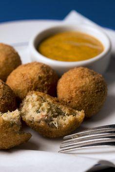 Bolinho de siri com maionese de curry Curry, Finger Foods, Food Photography, Muffin, Snacks, Breakfast, Happy Hour, Rio, Jazz