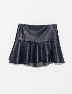 Mini falda de cuero con volante bajo.