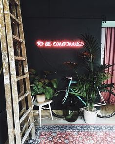 Neon lights are conventional for events however what if we use some for residence decor? Neon provides enjoyable to plain interiors, it brings a Neon Sign Bedroom, Bedroom Decor, Neon Lights Bedroom, Wall Decor, Bedroom Ideas, Wall Art, Room Inspiration, Interior Inspiration, Neon Signs Home