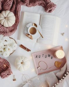 25 Cozy Autumn inspiration - A stylish and cozy home - Idea Wallpapers , iPhone Wallpapers,Color Schemes Cozy Aesthetic, Autumn Aesthetic, Pink Aesthetic, Flat Lay Photography, Autumn Photography, Book Photography, Flatlay Instagram, Estilo Blogger, Autumn Cozy