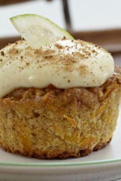 Opskrift på muffins med gulerod og flødeosteglasur | SØNDAG Banana Bread, Sweet Tooth, French Toast, Recipies, Goodies, Food And Drink, Yummy Food, Breakfast, Diy