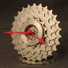 Clocks, Tables and Chairs Built From Old Bike Parts Metal Projects, Projects To Try, Diy Clock, Clock Ideas, Cool Clocks, Scrap Metal Art, Bicycle Art, Old Bikes, Bike Style