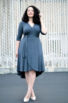 Mode für Mollige herrliches Wickelkleid in Grau 80s Fashion, Curvy Fashion, Plus Size Fashion, Womens Fashion, Summer Outfits, Summer Dresses, Girl With Curves, Office Dresses, Best Mom