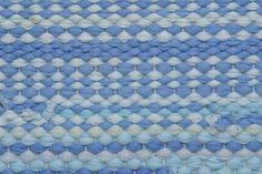 Como tecer um tapete de retalhos num tear feito em casa