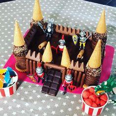 Les chevaliers n'ont qu'à bien se tenir !!!!!!!!! #instafood #gateauanniversaire #chevalier #chocolat #playmobil #cestmoiquilaifait #4ans #gateau #miseenscene #faitparmaman #faitmaison #cuisine #sucré #miammiam #onvaseregaler #tropfiere #jesuisunemamanquidechire #bonanniversairemonbébé