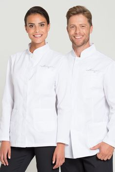 This slim fit service jacket for women and men has a classic style and a slightly waisted cut. A stand-up collar with fashionable decorative stitching in tone in tone color and a hidden button placket with one visible button on the neckline compliment the chef's jaket visually. With two sewn-on pockets on both hips and a breast pocket on the left side. Made from a high-grade, soft and easy-care mixed fabric.