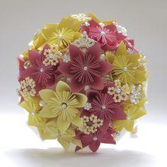 Buquê de noiva    Esse é um lindo modelo de buquê para noivas,  com cerca de 16 flores Sakura,  trabalhado em tons de amarelo e rosa.    Composto por : pérolas, broches, e flores em em papel e miçangas.  (broches podem alterar de acordo com o fornecedor).    Feito à mão, no Brasil.    *Pode escol...