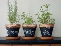 Prenez 3 pots en terre cuite, de la peinture tableau ardoise et appliquer la dessus ! Une craie suffira pour finaliser le rendu et écrire le nom de la fleur que le pot accueille :D Simple n'est-ce pas ?