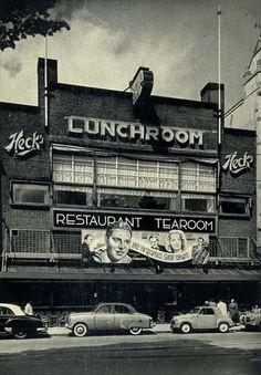 """In de jaren dertig was Heck op het Rembrandtplein immens populair. Het eten was er betaalbaar en er was de hele dag levende muziek. Het was een populaire plaats om een afspraakje te maken. Zanger en trompettist Nat Conella speelde er """"Oh Monah"""" en het orkest van Malando speelde de wereldhit """"Olé Guapa"""". Heck sloot in 1964."""