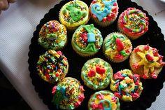 Cupcakes para fiesta infantil Decoración de royal icing de colores y fondant