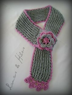 BUFANDA CORTA CRUZADA This is a short scarf I designed with mixed techniques: loom and crochet. The body of the scarf is made in. Loom Knitting, Knitting Stitches, Baby Knitting, Knitting Patterns, Crochet Scarves, Crochet Shawl, Crochet Clothes, Knit Crochet, Crochet Hats