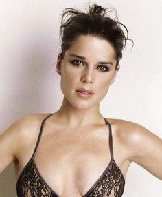 Neve Adrianne Campbell (3 de Outubro de 1973) é uma actriz canadiana.