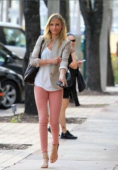 and if i can't find the perfect 'mint' pants, i will settle for 'salmon' pants! (nude/tan blazer with pink/salmon pants) Peach Jeans, Coral Skinny Jeans, Pink Jeans, Skinny Pants, Green Skinnies, Colored Skinny Jeans, Jeans Pastel, Salmon Pants, Pink Pants Outfit