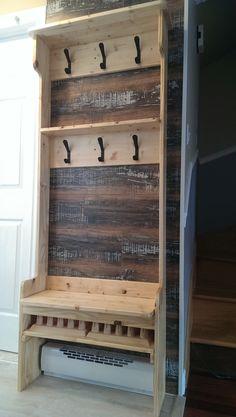 Banc d'entrée en pin avec sèche-mitaine incorporé et crochets pour manteaux et casquettes.