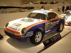 Pensado para competir, aparece el primer Porsche 4x4, el 959, presentado como prototipo en 1984 y que debutó en competición en el París-Dakar de 1985.