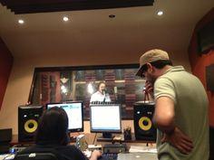 Reinhold Sagastume y Vladimir Villatoro trabajando en el nuevo contenido de Sounds a Like en el AudioLab Estudios de EBclosion