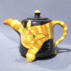 Pottery cat teapot by Atelier Martine Nonnenmacher