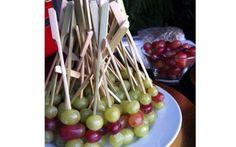 Espetinhos de uvas são perfeitos para a criançada, além de serem mais saudáveis que as comidinhas tradicionais de festa. Foto: Pat Felman