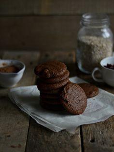 Bolachas de cacau, manteiga de amêndoa e cranberries, sem gluten e vegan. Almond butter cocoa cranberry cookies, vegan and gluten free.