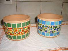 Mosaic Planters, Mosaic Flower Pots, Painted Plant Pots, Painted Flower Pots, Mosaic Crafts, Mosaic Projects, Pebble Mosaic, Mosaic Glass, Mosaic Bottles