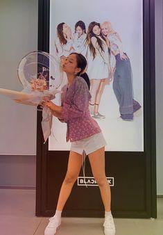 Kim Jennie, Blackpink Fashion, Fashion Outfits, Black Pink Kpop, Blackpink Photos, Cute Poses, Blackpink Jisoo, Kpop Outfits, Aesthetic Fashion