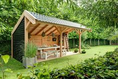 Mooi hoor zo'n veranda. Met Impraline zwarte teer krijgt u een mooie traditionele uitstraling, zie zijkant, en een optimale bescherming. Outdoor Sheds, Outdoor Fire, Outdoor Gardens, Outdoor Living, Pergola, Gazebo, Bbq Shed, Outdoor Cooking Area, Shed To Tiny House