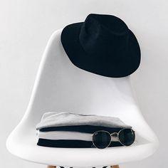 Black, white, grey, jeans, repeat! Quem mais é assim?! 😂 Boa semana meus amores ♥️ #BelezaDescontraída #fashion #ootd #igstyle #bloggerlife
