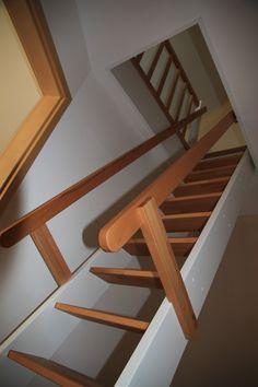 Unterschiedlich Treppe zur Dachboden, hier geölten Buchenholz und weiße Anstrich  QM88