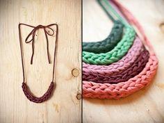 Cómo hacer collar fácil de trapillo. Finger T- shirt yarn bracelet - YouTube