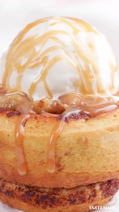 We're about to bake you very hap-pie with this cinnamon caramel apple dessert Apple Desserts, Köstliche Desserts, Apple Recipes, Fall Recipes, Sweet Recipes, Dessert Recipes, Non Chocolate Desserts, Deep Fried Desserts, Health Desserts