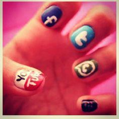 Se nos han quedado las uñas así de tanto teclear en redes sociales.