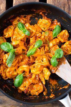 Tortellini mit Tomatensauce und Basilikum. 15-Minuten Rezept, getrocknete Tomaten und UNGLAUBLICH gut - Kochkarussell.com