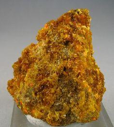 Becquerelite, Studtite, Fourmarierite sur Uraninite Shinkolobwe, Katanga, Kongo Taille=3.2 x 3.4 x 1 cm Copyright mineraliensammlung.com